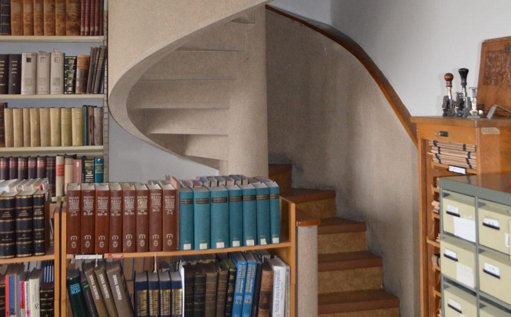Schodiště knihovny Národního archivu v Dejvicích