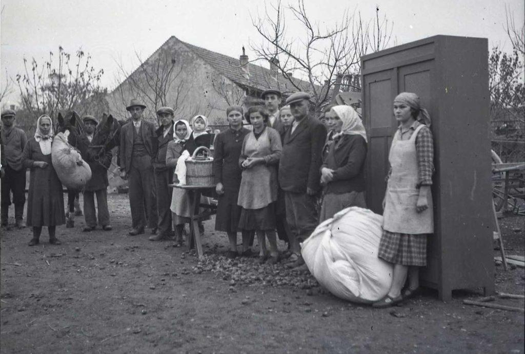 Uprchlíci ze Žitného ostrova po maďarském záboru tohoto pohraničního pásma se uchýlili do Alžbětina dvora na Žitném ostrově, tj. na místo, které po anexi zůstalo na československém území