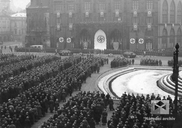 7. leden 1945. Ve většině velkých měst protektorátu přísahali věrnost vůdci příslušníci lidoobrany, tzv. Volkssturmu. Byly to oddíly složené z dosud neodvedených německých mužů ve věku od 16 do 60 let. V Praze se ponurá slavnostní přísaha odehrála na Staroměstském náměstí.