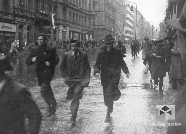 Němci se začali urputně bránit, v ulicích práskají výstřely. Vzrušující protiněmecká nálada se mění v dramatické okamžiky. Pražané utíkají před střelbou Žitnou ulicí. Z mnoha lidí v těchto chvílích vyprchalo bojové nadšení a odvaha. Je hodně těch, kteří raději míří do bezpečí svých bytů a do sklepů.