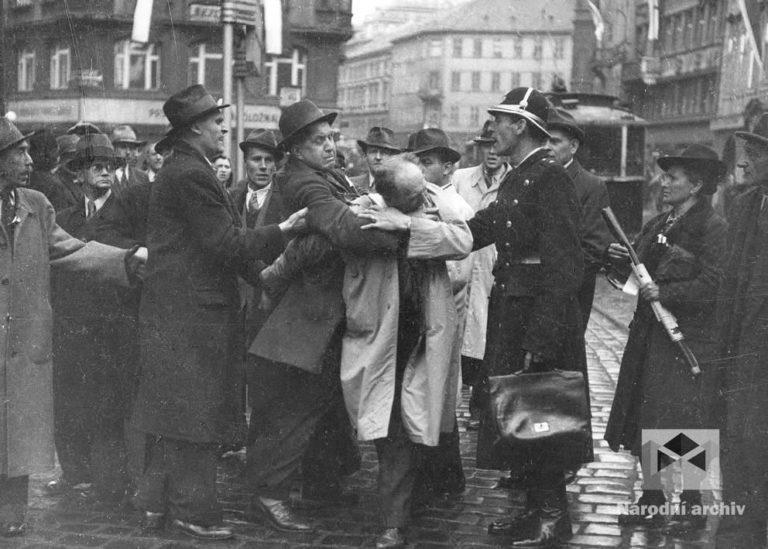 Obvinění přichází rychle a nečekaně. Vzpomínky na Mnichov, na stovky popravených za heydrichiády, neustálý strach z nočních razií gestapa. Nelze zapomenout. Ty, kteří spolupracovali s nacisty, stíhá nenávist. (Foto: Václav Chochola, archiv autora)