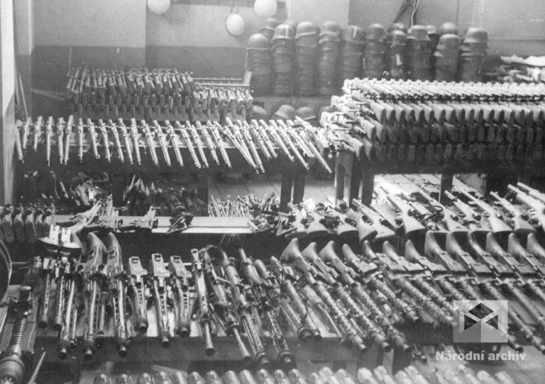 Ukořistěné německé zbraně se dopravovaly na jednotlivá povstalecká velitelství. Češi je dobývali ve skladech, lazaretech, školách, sokolovnách, železničních transportech na pražských nádražích. Někdy se podařilo získat výzbroj obratným vyjednáváním nebo výměnou za civilní oblečení či jídlo. Povstalcům se podařilo získat více než 10 000 lehkých pěchotních zbraní, granátů a pancéřových pěstí. Silnější německé jednotky se však odzbrojit nepodařilo, munice bylo stále málo a chyběly především těžké zbraně.