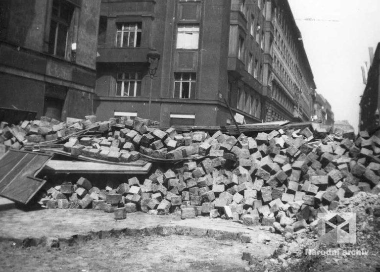 Povstání musí být potlačeno za každou cenu! K bojující Praze směřují z několika směrů zkušené bojové skupiny Waffen SS a elitní oddíly Wehrmachtu o celkovém počtu asi 13 000 mužů. Drtivý úder s podporou letectva plánují na 6.května za svítání. Už během sychravé noci, po četných výzvách rozhlasu, začaly tisíce Pražanů stavět na obranu stovky barikád a zátarasů. Revoluční rok české historie 1848 se znovu vrátil. Tentokrát v moderní válečné době.