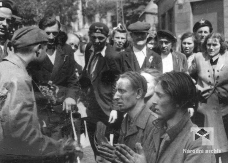 Napjatá situace uvnitř města. Skupiny ozbrojených Čechů pročesávaly byty. Pátraly po osobách spjatých s nacistickým okupačním režimem. Mnozí ze zadržených se však provinili jen jediným zločinem - byli to Němci.
