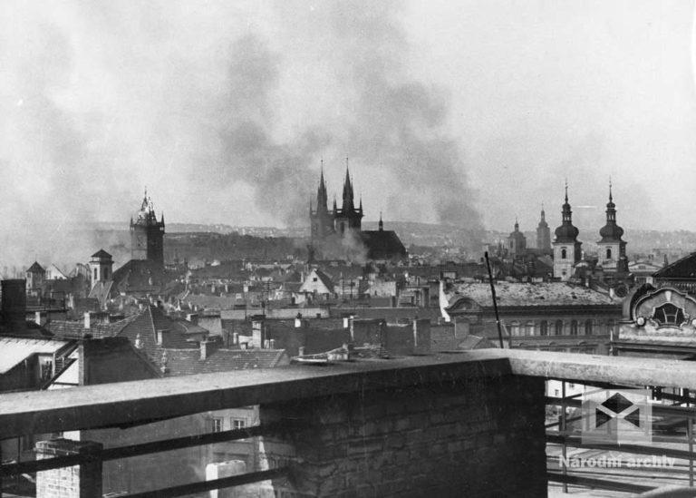 Obraz Prahy po těžkých bojích. Domy zničené ostřelováním, leteckými bombami, plamenomety, výbuchy pancéřových pěstí, granátů a mnoha velkými požáry. Jedním z nejvíce poškozených míst bylo Staroměstské náměstí a jeho okolí. Škody v Praze dosáhly 20 miliard tehdejších korun.