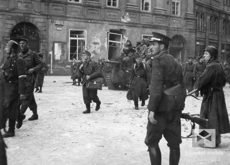 Německé vojenské jednotky ustupují hořícími úseky. Celetnou a Dlouhou ulicí, napříč Staroměstským náměstím do Pařížské, přes Čechův most do Dejvic. Pod dohledem českých vojáků a povstalců tudy postupně projíždělo 27 tanků, několik obrněných vozů, 90 osobních a 32 nákladních aut. S kolonou odcházelo více než 3 000 vojáků a civilistů.