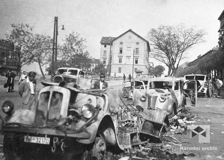 9.května 1945 brzy ráno dorazily průzkumy Rudé armády ze 4. gardové tankové armády 1. ukrajinského frontu směrem od Slaného na severozápadní okraj Prahy. Na mnoha místech jim v dalším postupu bránily barikády. Němci, kteří v té době odjížděli z Prahy, netušili, že jim Rusové zkříží cestu. Rozstřílená, vyhořelá auta v Parléřově ulici.