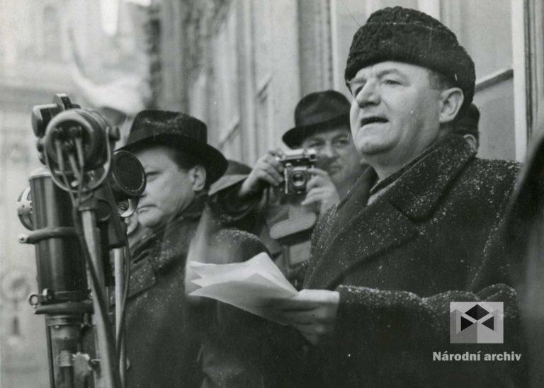 Známá fotografie Klementa Gottwalda ze Staroměstského náměstí v Praze z 21. února 1948 byla vzhledem k osobě popraveného Vladimíra Clementise k pozdějším propagandistickým účelům cenzurována a osoba Clementise z ní byla vyretušována.