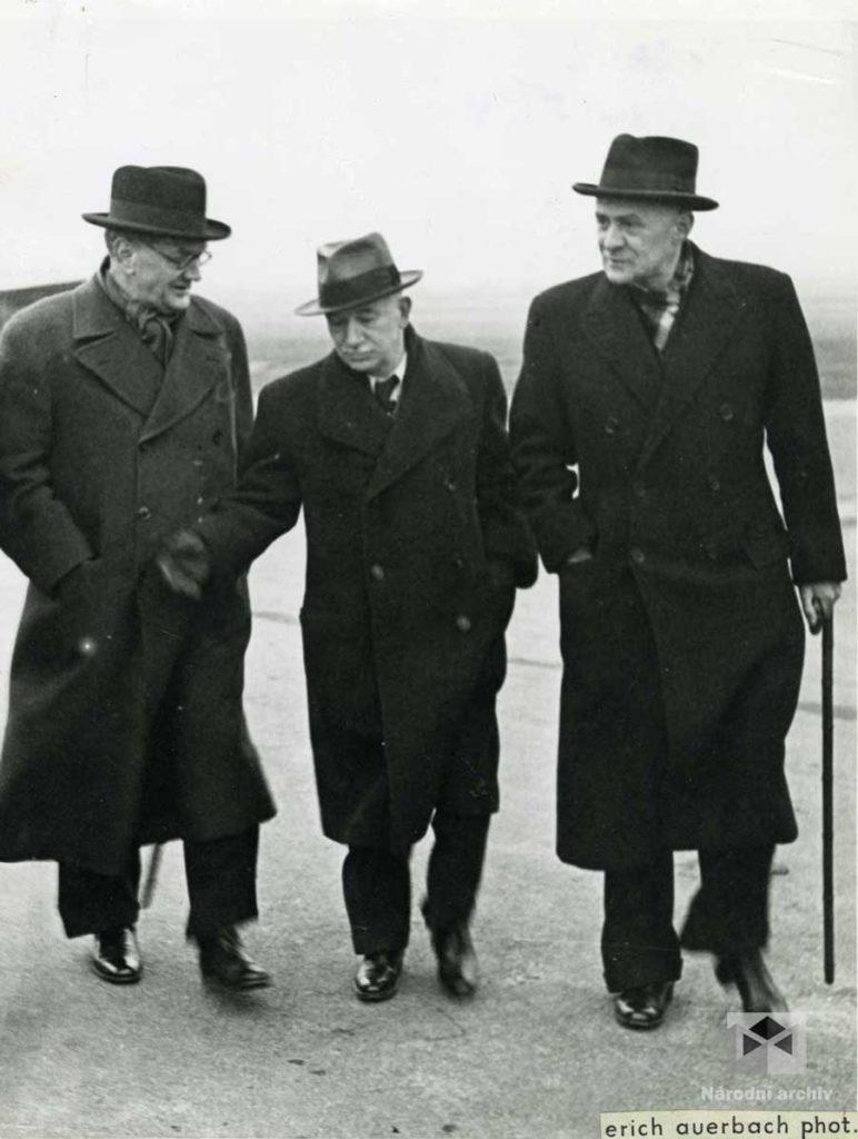 Snímek prezidenta republiky Edvarda Beneše (uprostřed), předsedy Státní rady Prokopa Maxy (vlevo) a státního ministra v Ministerstvu zahraničních věcí Huberta Ripky (vpravo) po prezidentově návratu z Moskvy, kde 12. prosince 1943 podepsal spojeneckou smlouvu mezi ČSR a SSSR