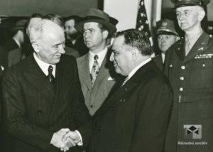 Příjezd prezidenta E. Beneše do New Yorku, starosta města F. H. LaGuardia při slavnostním uvítání, 1943, 19. květen
