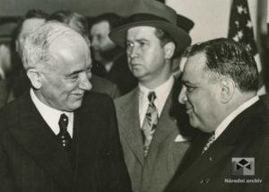 Starosta města New Yorku, F. H. LaGuardia, vítá prezidenta E. Beneše, Pennsylvania Station, 1943, 19. květen