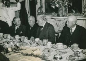 Prezident E. Beneš na obědě se zástupci kongresu, z leva: Sol Bloom, E. Beneš, senátor Tom Connally, Sam Rayburn, 1943, 13. květen