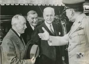 Generál Watson uvádí Beneše do Bílého Domu, z leva: E. Beneš, vysl. Hurban, Cordell Hull, gen, Watson, 1943, 12. květen