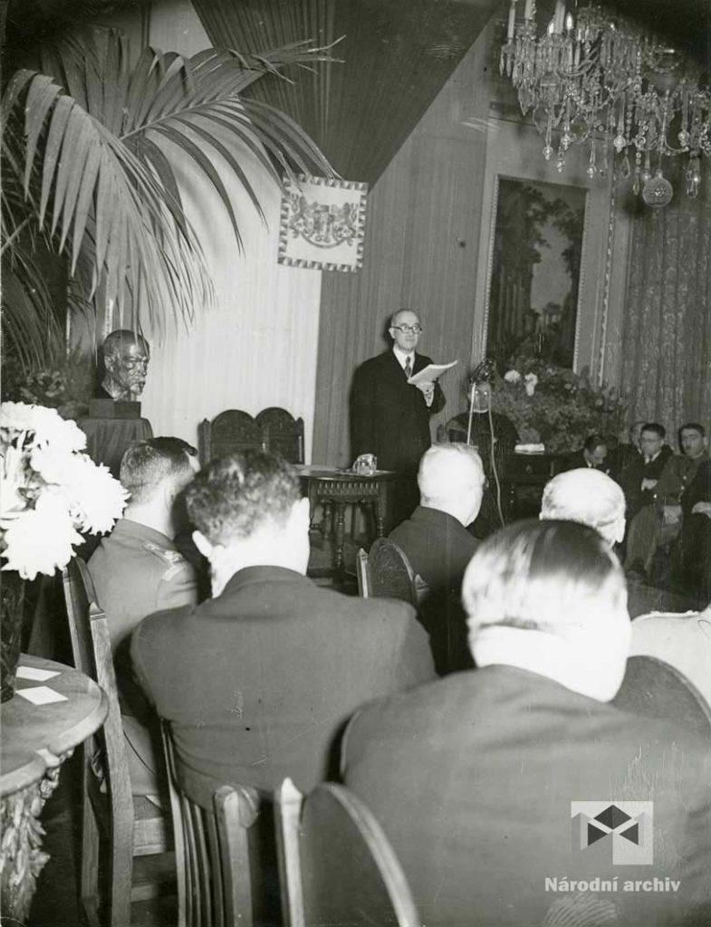 Fotografie ze slavnostního prvního zasedání Státní rady