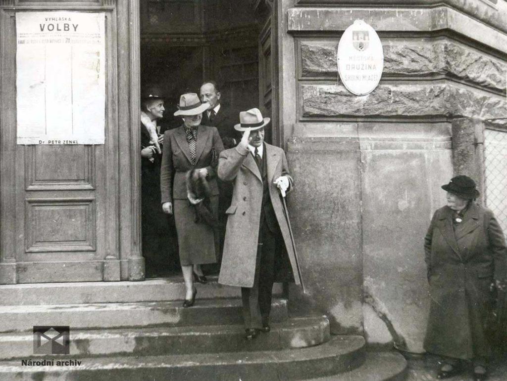 Manželé Benešovi vycházejí z volební místnosti