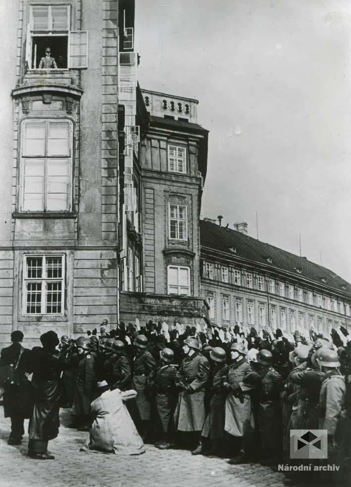 Adolf Hitler v okně Carolova křídla Pražského hradu