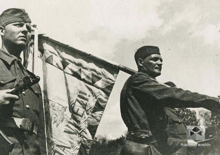 Slavnostní nástup vojáků československé vojenské jednotky na Východě