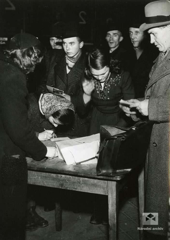 Hromadné odjezdy mladých lidí ročníku 1924 na práci do Říše